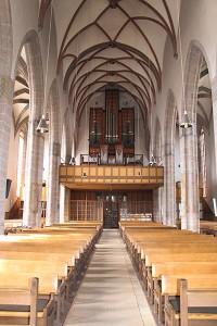 Blick vom Chorraum durch das Langhaus zur Orgelempore