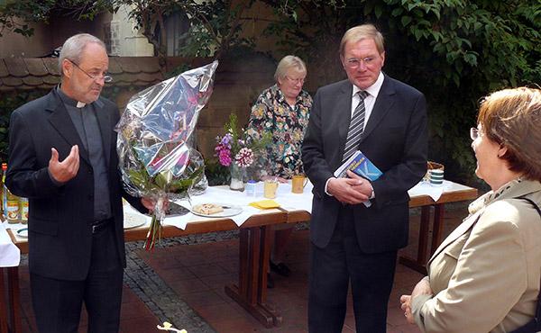 Dekan Stiegler ehrte KMD Rainer Goede und seine Frau Ulrike anschließend im Gemeindezentrum