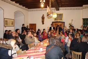 die Ehemaligen der Ansbacher Jugendkantorei mit der Ansbacher Kinderkantorei auf Burg Wernfels